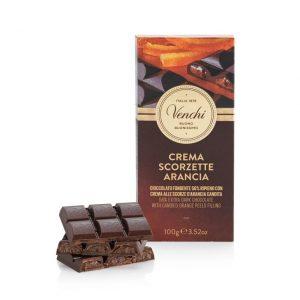 Tablette de chocolat noir 56% fourrée d'une crème enveloppante au cacao, lait et écorces d'orange confite.